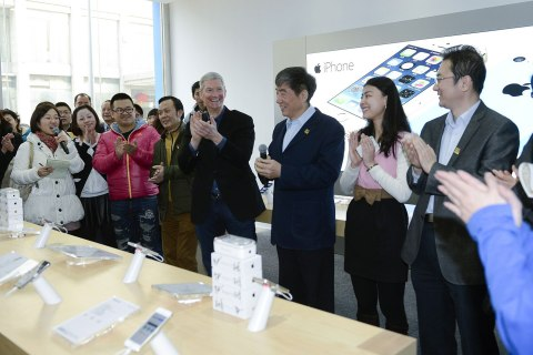 CHINA-BEIJING-MOBIL-TIM COOK-4GaApple's CEO Tim Cook and China Mobile Chairman Xi Guohua attend the issue of iPhone models for 4G in Beijing, capital of China, Jan. 17, 2014.